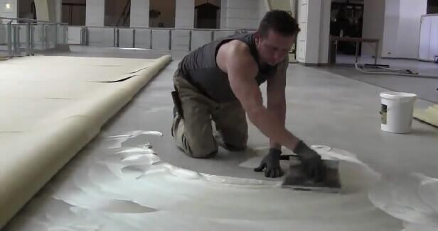 клей для линолеума на бетонный пол растягивается шпателем