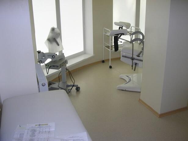 Антибактериальный гетерогенный линолеум на полу в стоматологическом кабинете
