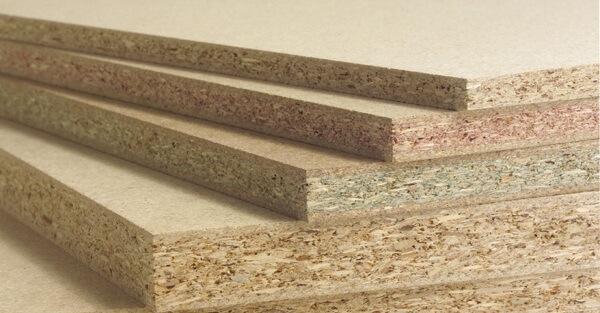 стопка древесностружечных плит для пола под линолеум на бетонный пол