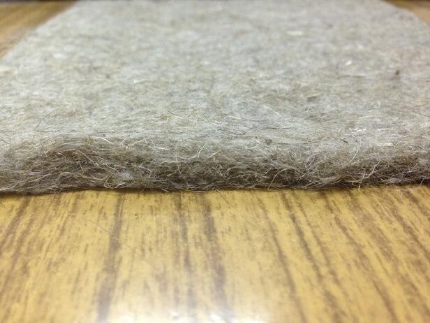 лежит на полу развернутая льняная подкладка под линолеум