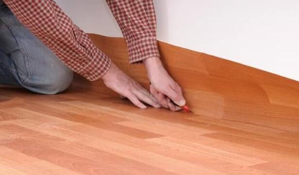 Настил линолеума с запасом на бетонном полу с подложкой
