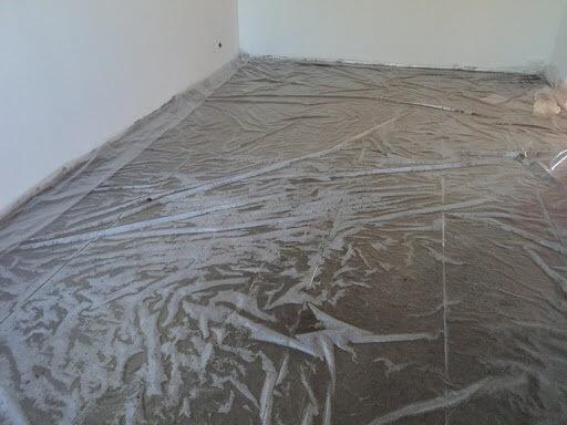 пленка уложенная на основание под линолеум на бетонный пол