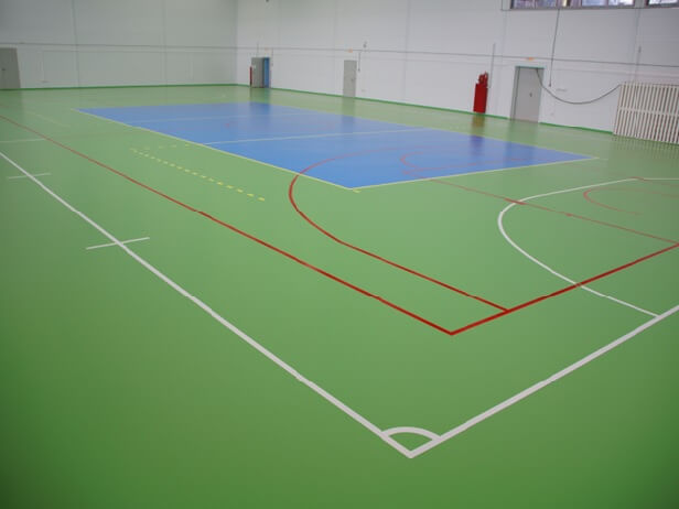 Спортивный гетерогенный линолеум на полу в спортзале