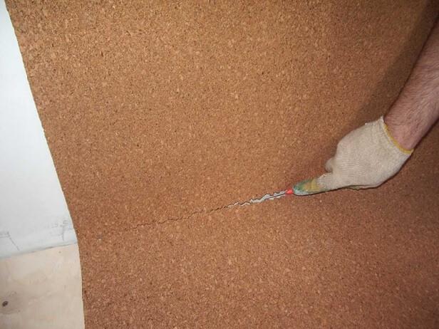 обрезка пробковой подложки под линолеум по стене