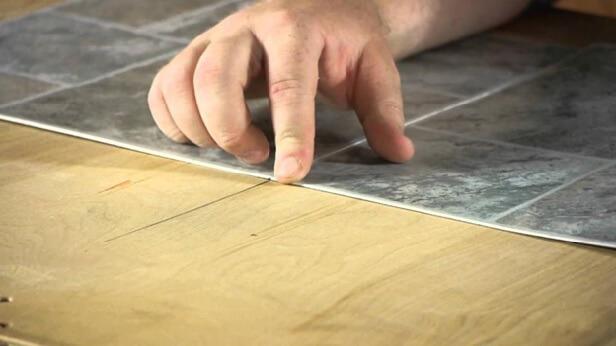 Раскладка линолеума на подготовленное деревянное основание