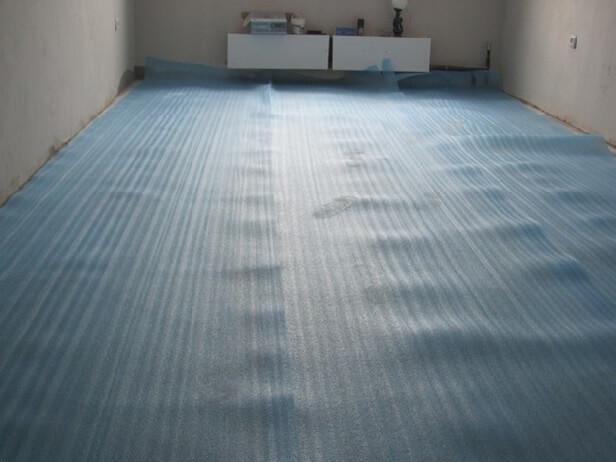 Разложенная синтетическая подложка под линолеум на бетонный пол