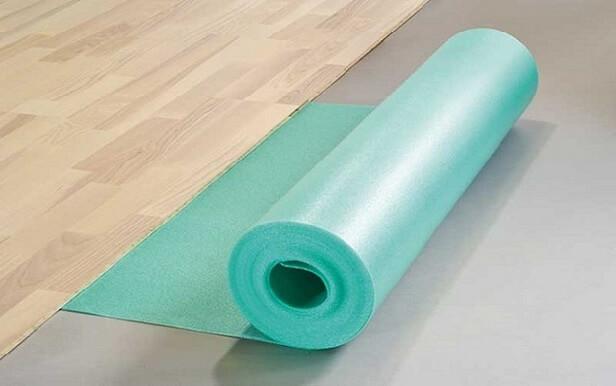 Рулон из синтетической пленки как настил под линолеум на бетонный пол