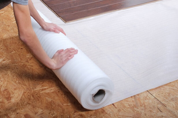 раскрутка рулона вспененной подложки под линолеум на бетонный пол