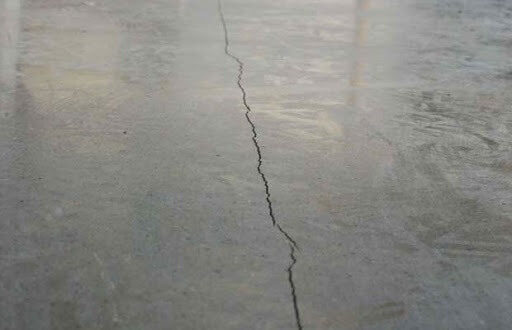 Трещина на бетонном полу которую надо заделать при укладки подложки под линолеум