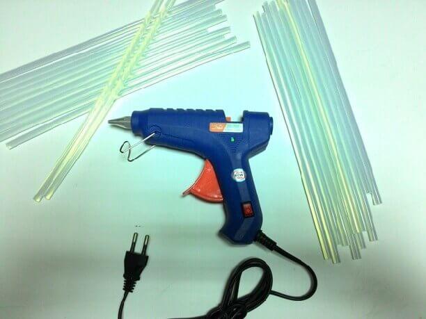 Клеевой пистолет и стержни к нему для стыковки линолеума