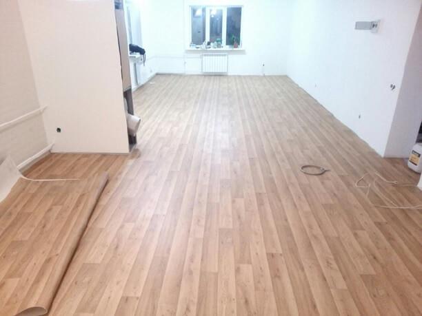 на полу помещения правильно приклеенный линолеум