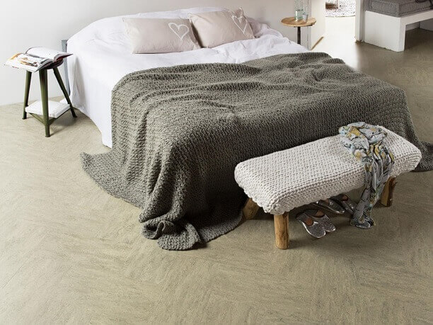 серый однотонный линолеум в спальне