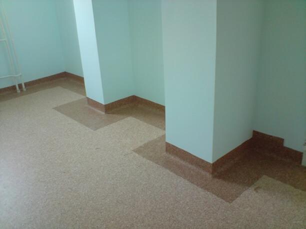 полоса линолеума приклеенная к полотну линолеума и одновременно к стене