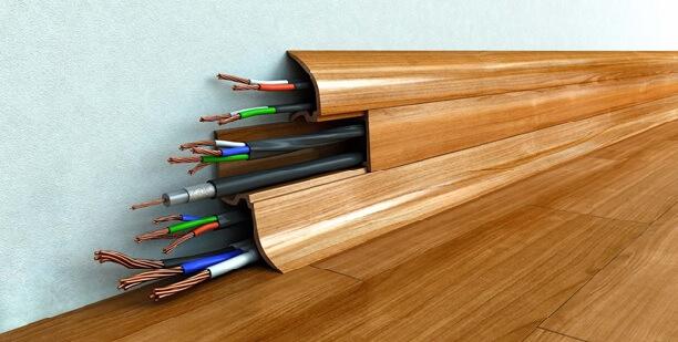 в ластиковом полосе большое количество проводов