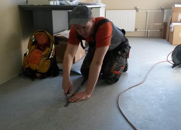 Подготовка стыка линолеума для склейки холодной сваркой