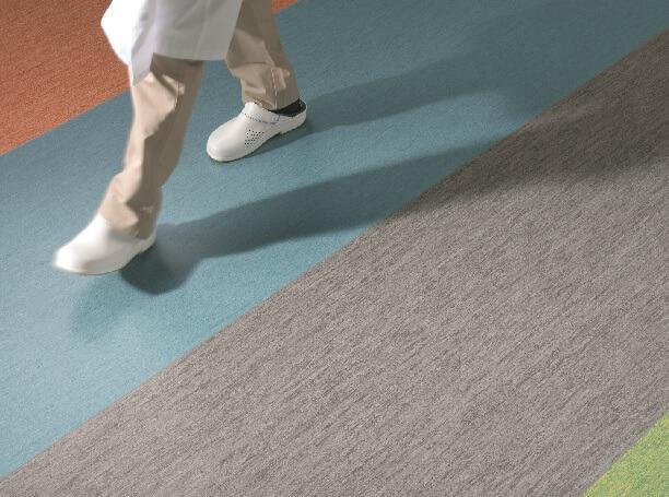 За счет упругости и эластичности, достигается пружинистый эффект при ходьбе по гомогенному линолеуму