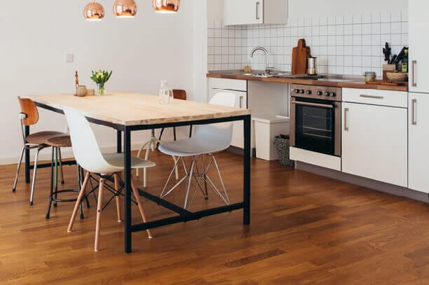 На кухне лежит линолеум с рисунком под ламината
