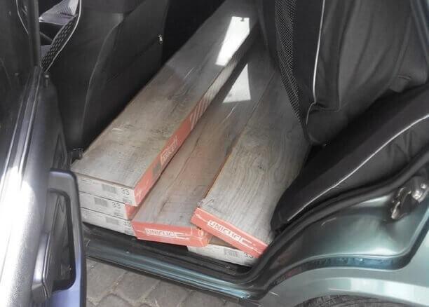 упаковки ламината на заднем сиденье автомобиля