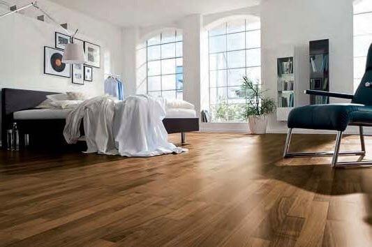 пол в спальне покрыт бытовым линолеумом
