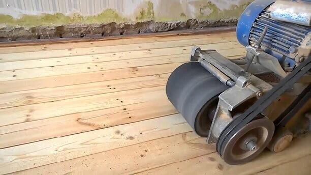 шлифование деревянного основания для укладки фанеры под линолеум