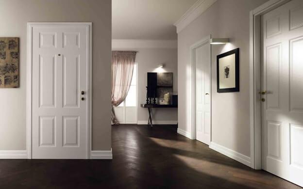 Темный цвет линолеума и белые двери