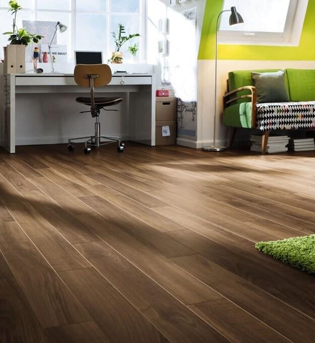 Классический коричневый цвет линолеума в кабинете