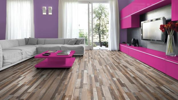 Многогранный цвет линолеума не перебивает яркий стиль комнаты