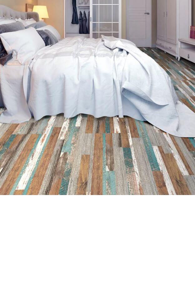 Необычный цвет линолеума разнообразил белую гамму спальни