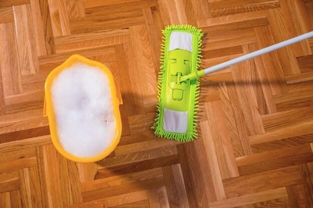 Ведро с мыльным раствором и швабра для мытья линолеума