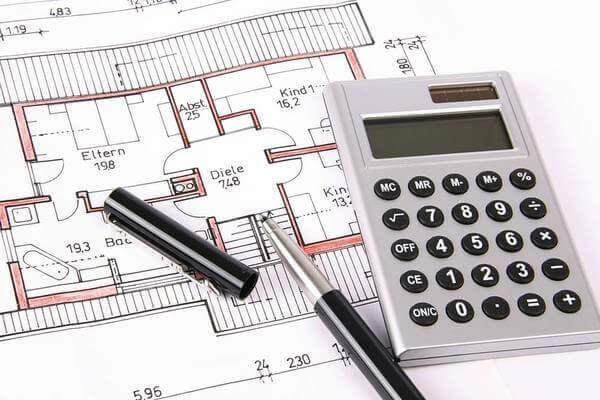 Чертеж помещения, калькулятор, ручка это инструменты подсчета метров линолеума