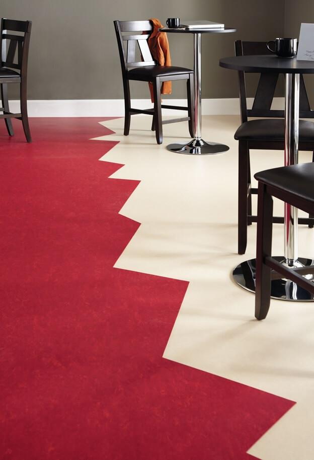 сочетание белого и красного цвета линолеума в столовой зоне
