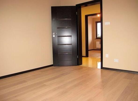 Светлый цвет линолеума и темная дверь