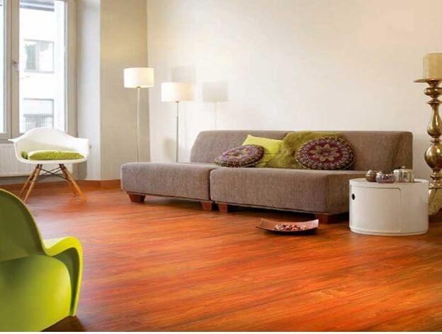 Теплая гамма для гостиной с оранжевым цветом линолеума