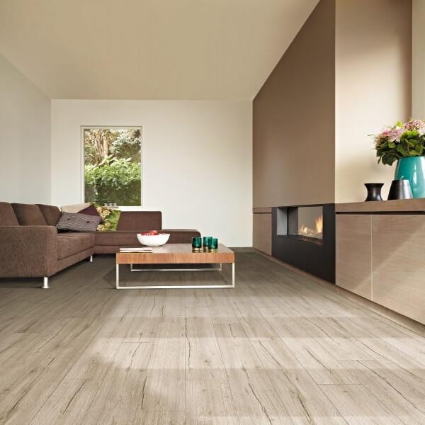 Бежевый цвет линолеума в зале с сочетанием бежевой мебелью и стен