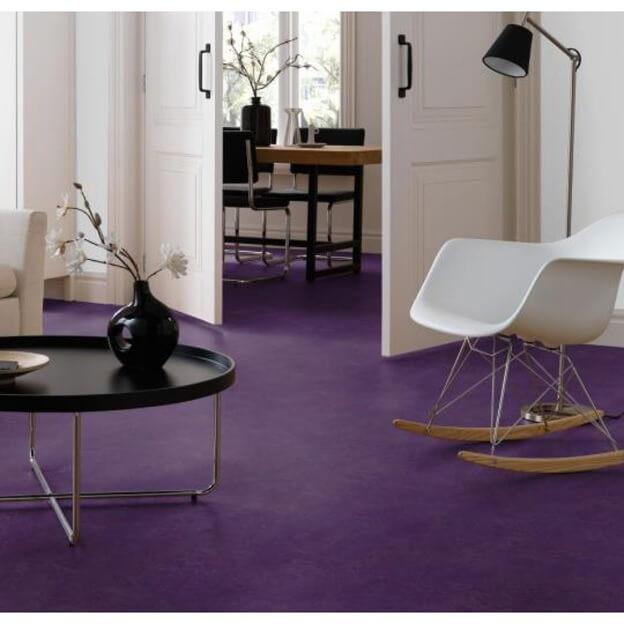 Фиолетовый цвет линолеума с черной и белой мебелью на нем
