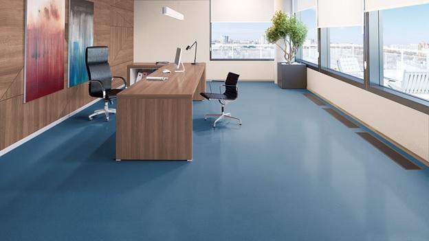 Синий цвет линолеума в кабинете