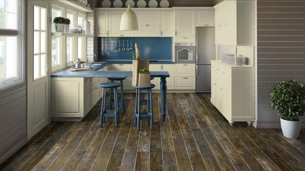 Линолеум с видом деревянного пола гармонирует с белой кухней