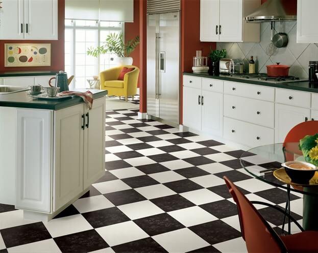 Черно-белый-шахматный линолеум в интерьере просторной кухни