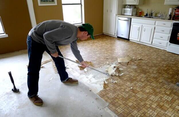 Демонтаж линолеума для укладки ламината на бетонный пол
