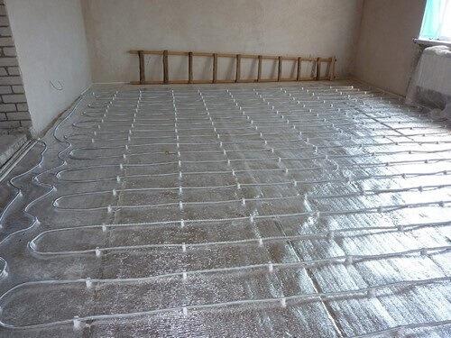 на фольгированной подложки закреплен водяной теплый пол под ламинат