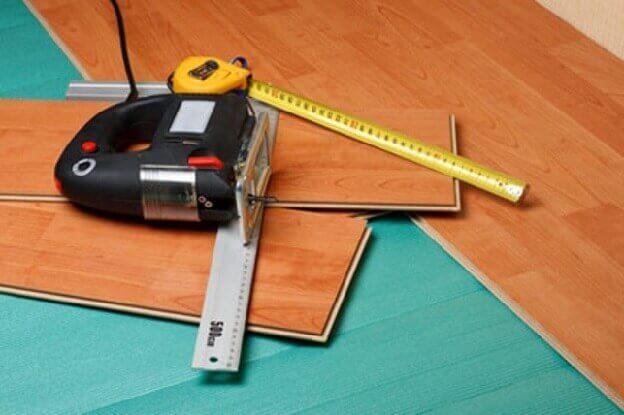 инструмент для подрезки ламината укладываемого на бетонный пол