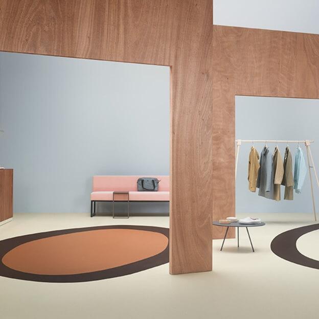 гранулы какао-бобов рисунок линолеума в комнате