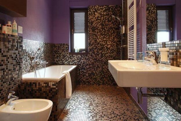 линолеум с мелкой керамической плиткой в интерьере ванной