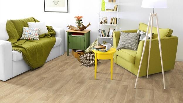 Линолеум имитирующий некрашеную деревянную доску в интерьере гостиной