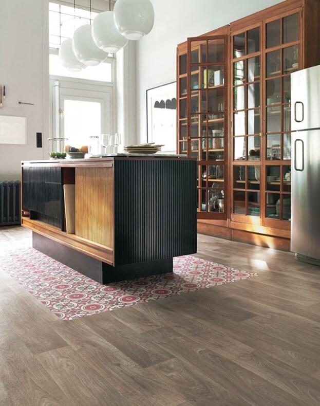 Линолеум имитация керамической плитки и паркетной доски в интерьере кухни