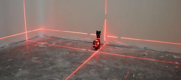 Отбивка бетонного пола лазерным уровнем для укладки ламината