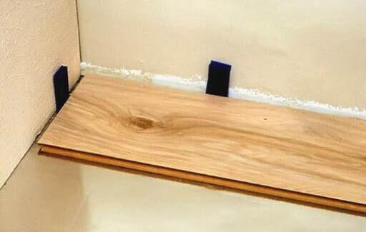 укладка первого ряда ламината на бетонный пол