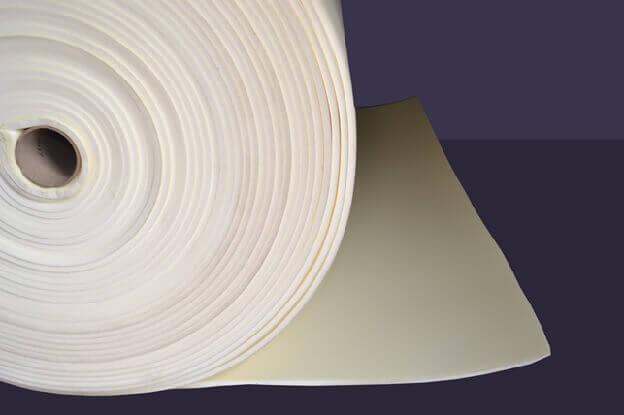 Рулон вспененной подложки для укладки на бетонный пол под ламинат