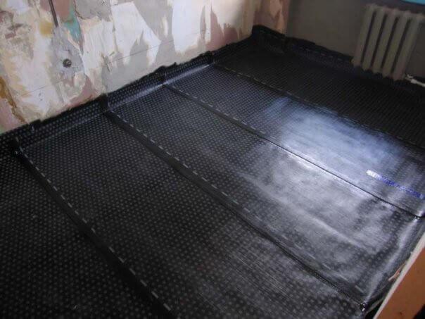 Деревянный пол покрыт изоляцией-подготовка пола к укладке ламината