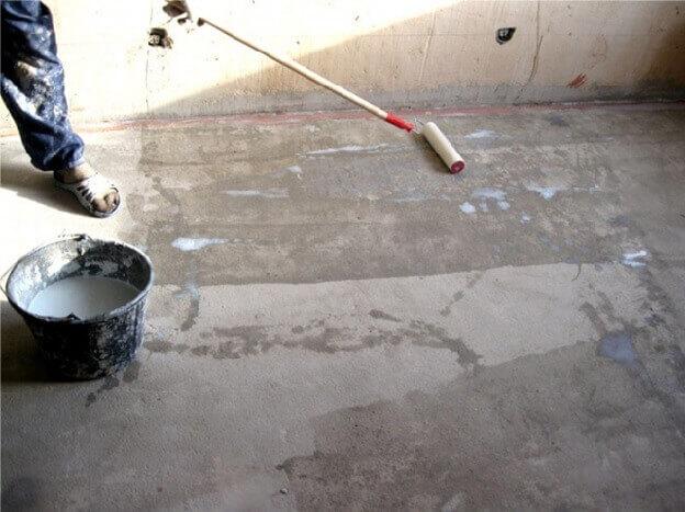 Грунтование выровненного бетонного основания под ламинат